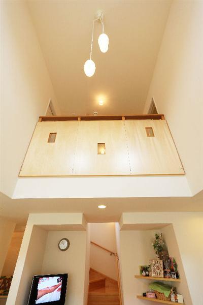 【吹き抜け】 上下をつなぐ吹き抜け。キッチンに立って見上げれば2階の雰囲気がわかる。2階からも呼びやすく安心。