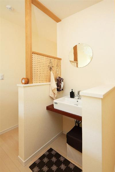 【洗面】 2階のホールにはカウンターに上置き式のオシャレな洗面コーナーも。そで壁の有孔ボードもかわいい。