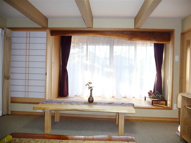 【1階リビング】 一段上がった縁側は、時には来客用の腰掛として利用でき、机も使いやすい高さに仕上げました。