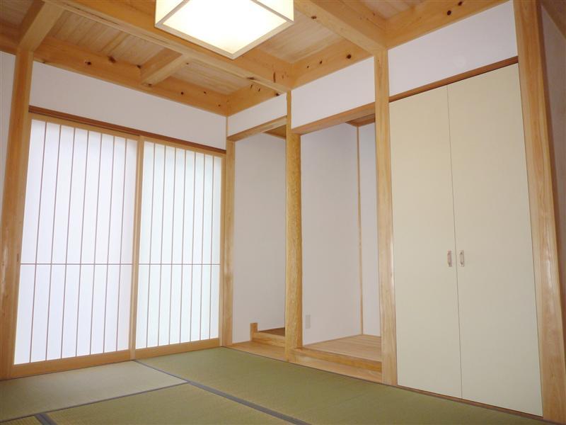 職人の確かな技術で造作された、明るい光と気持ちいい風に包まれた寛ぎの空間。