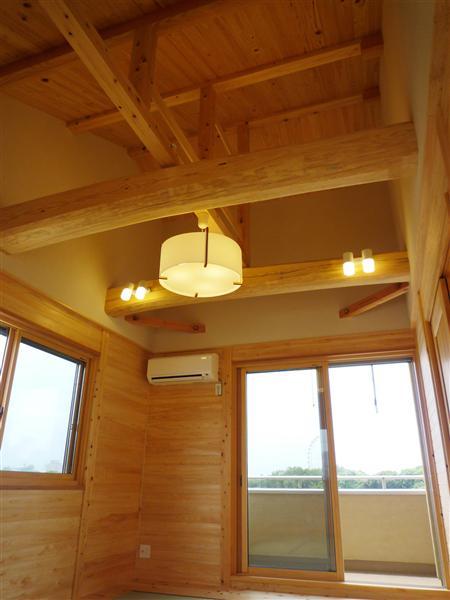 十字に組んだ力強い梁を現した、開放的で気持ちの良い寝室。