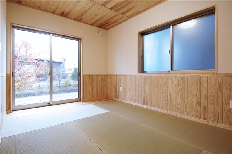 天井、腰に杉の無垢板を使った和室