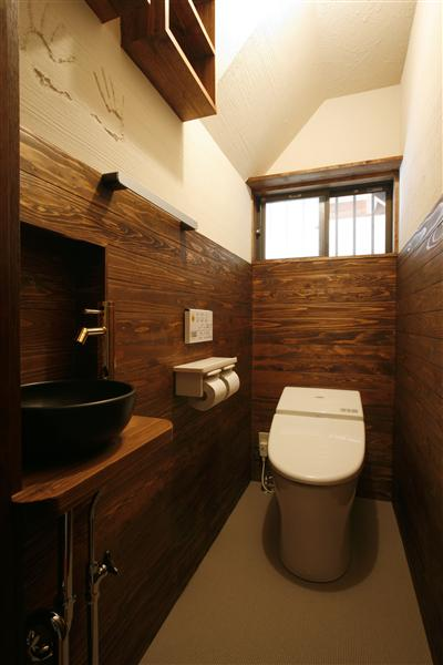 テーマは落ち着いた和モダンのトイレに。壁の珪藻土(自然素材)には夫婦の手形を入れています。