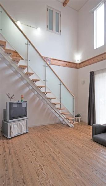 開口部の光はリビング階段の棚板を抜けてやさしい影をおとす。2階の子供部屋には室内窓も設置してある。