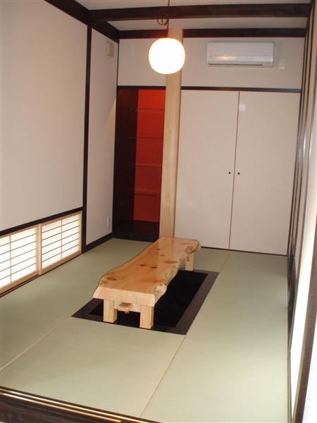 堀こたつがある和室の内観です。
