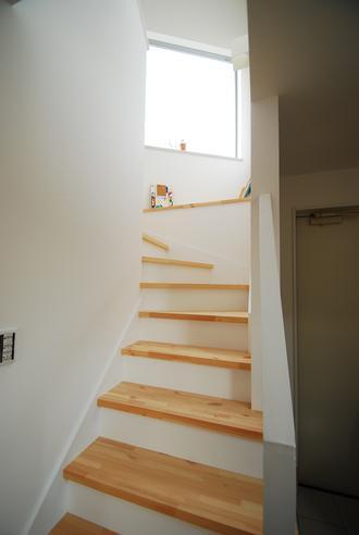 階段の途中にはちょっとした本棚が・・・。家族のお気に入りの本や漫画を置いて家族みんなで共有。