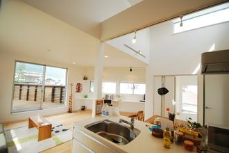 部屋全体が見渡せるキッチン。家族の気配をいつでも感じれる。あっ!!いい匂いだ♪♪