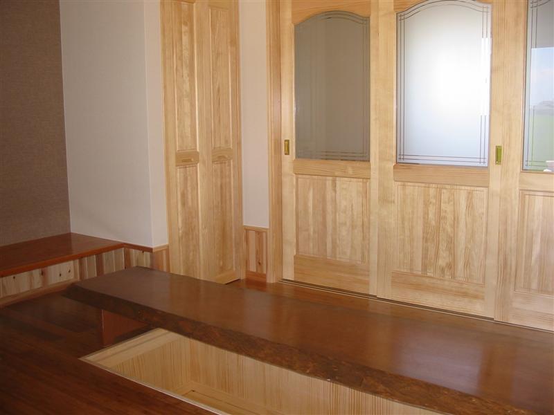 床の間のあるようなフローリングの客間です。洋室でありながら和室を感じさせる仕上がりです。