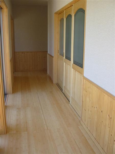 玄関ホールから廊下は竹のフローリング貼りです。素足で歩いた時の温もりは格別です。