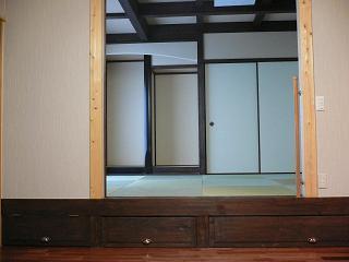 リビングの隣の祖母の部屋は民芸調の和室で収納もたくさんあります。