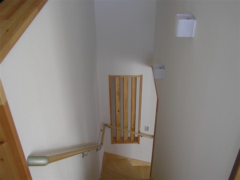 階段に通気と明るさをとる為に格子を付けました。