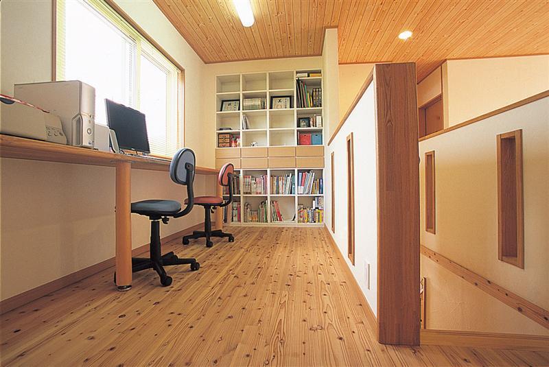2階の書斎は「幻の漆喰」と「うづくりの床」で快適な環境のなか集中できます。
