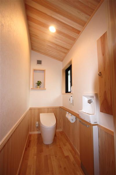 勾配天井・壁土。トイレ物入は杉1枚板