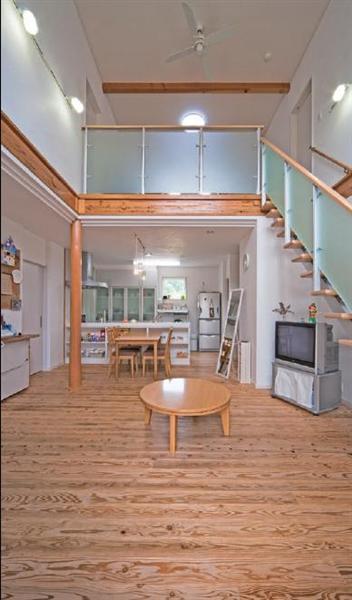 吹き抜けからキッチンを望むと、つながりつつ独立性を高める機能的な空間配置がわかる。