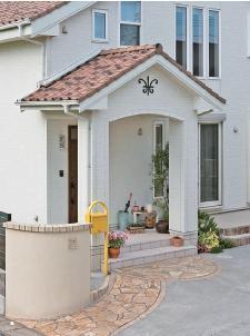 張り出した屋根がかわいらしいエントランスポーチ。門柱からのアプローチも空間の切り替えがスムーズです。