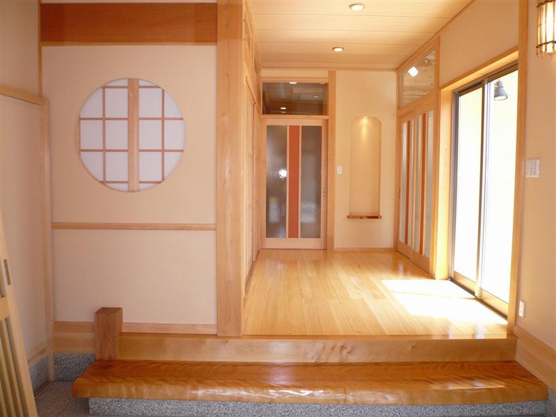 玄関を入った瞬間、木の香りに包まれ森林浴の気分が味わえます。建具や照明、飾り棚にもこだわっています
