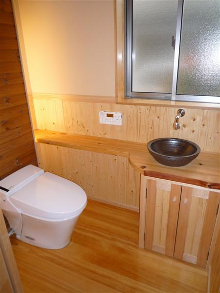 造り付けのカウンターや間接照明が落ち着いた空間を演出しています。節水型トイレで環境にも配慮しています。