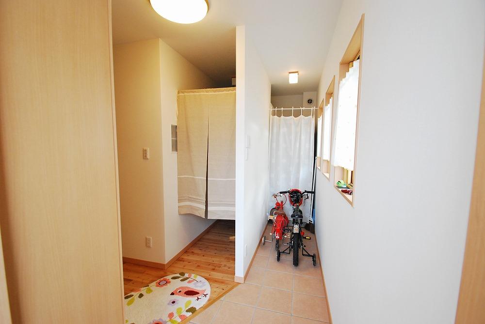 段差のない玄関の奥には電気温水器が・・・。その隣は、開放クローゼットです。