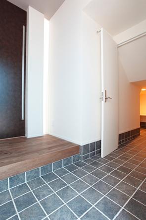 玄関には3畳大の土間収納があり、キャンプ用品やスノボ&サーフィン板が収まっている。