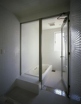 白を基調としたタイル貼りの浴室。