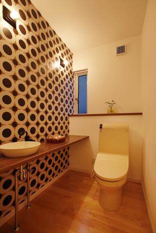 トイレは個性的でモダンなイメージで。