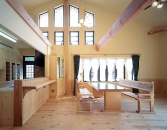 家族が憩うリビングをはじめ、邸内は自然素材にこだわり、優しく癒してくれる安らぎの空間が出来上がりました。
