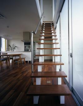 リビング階段もシンプルにすることで、LDKとの調和をとった。