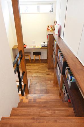 階段途中に作られた書斎コーナー。家中の本やDVDがきれいに収まり、リビングとの距離感が隠れ家的な雰囲気で落ち着く。
