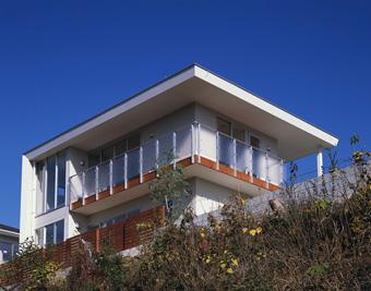 眺望の良い南西の崖側に、開放的な大きな開口をとり、開放感を演出