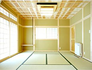 広々とした8畳の和室です。本格的な竿縁天井。天井板も杉の無垢板です。