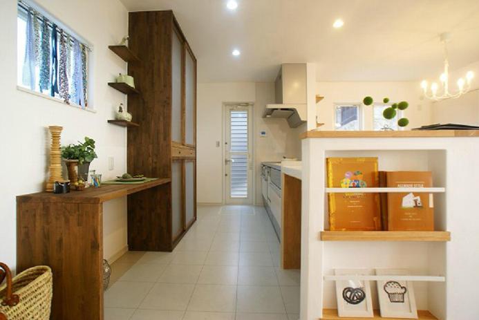 オリジナル造作食器棚も可愛くとても広いキッチンです。