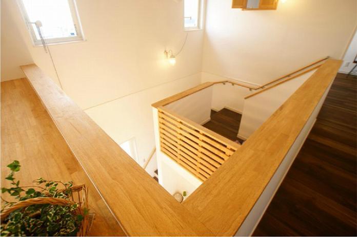 階段途中には中二階が!意外と広い空間・・・子供たちの遊び場としては快適。