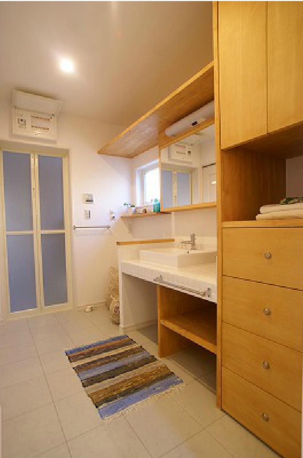 キッチンからも玄関からも入れる洗面所はとても使い勝手が良さそう!タイル貼りの洗面台と造作の収納も可愛い♪