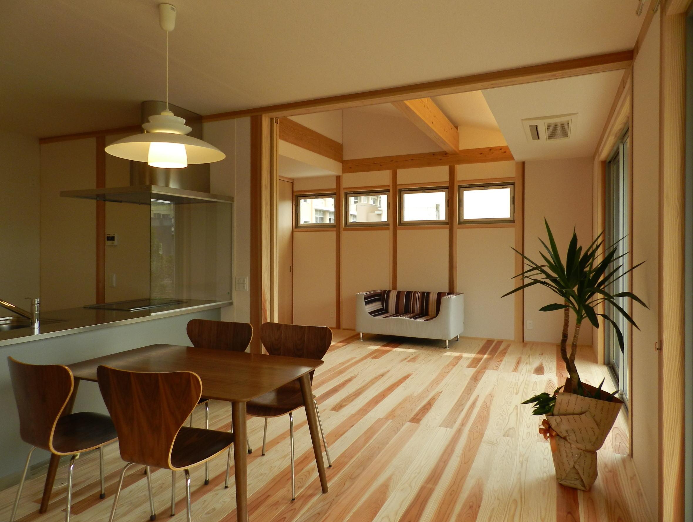 LDKの床は杉フローリング、壁・天井は和紙貼りの仕上げ材を採用しています。