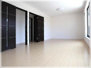 2階のこども部屋は12帖。将来二部屋に分けることもできます。右手の掃きだしを出ると広いベランダです。