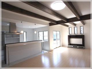 リビング正面にはテレビ台。天井の化粧梁がダイナミックな空間を演出しています。