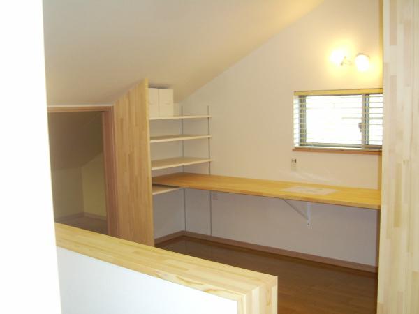 2階、大屋根の低いほうの空間は書斎に