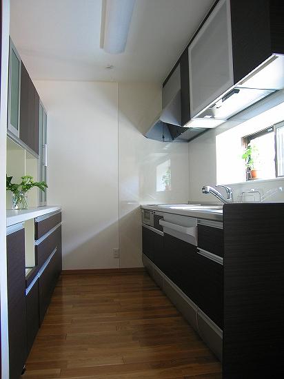 キッチンは奥様流でクローズ式。ご自身が使いやすいキッチンが一番だと思います。