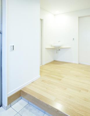 洗面室を2階に設けながらも、帰宅時に手を洗うことができる手洗いボウルを1階のホールに設けました。