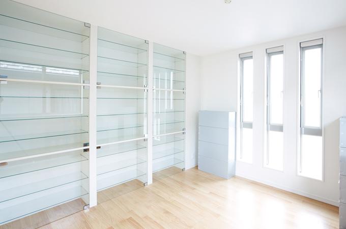 コレクションコーナー☆透明ガラスの扉、棚板でコレクションを全方向から眺めることができます。