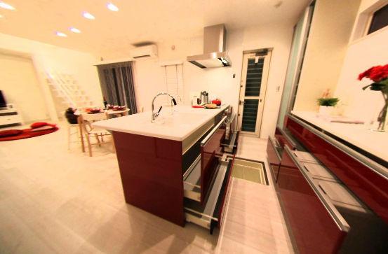 赤と白のコントラストが素敵なキッチンです♪ もちろん収納もたっぷりあります!