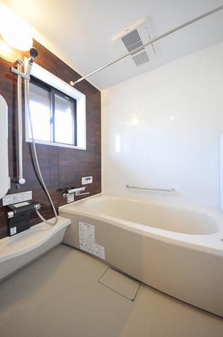 保温浴槽付きのあったかシステムバスに。手すり・暖房乾燥機・段差解消のユニバーサルデザインです。