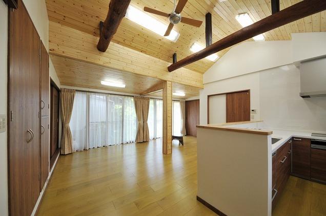 デッドスペースだった部分に大型収納を設け、リビングをすっきり広く使えるようにしました。