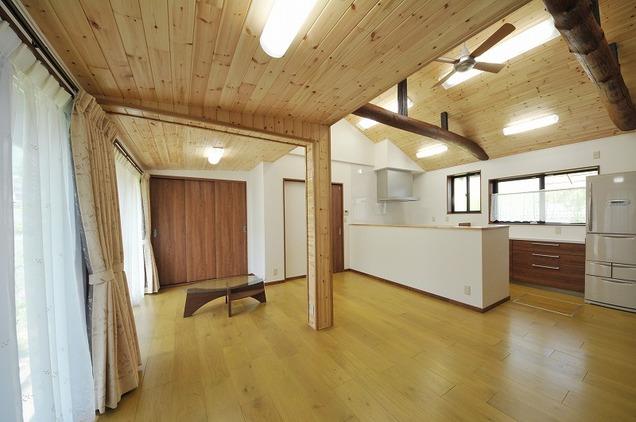 LDKの床は無垢のフローリングに。落ち着きと高級感を兼ね備えた古木のナラ材は肌触りも良く、素足が気持ちいい!!