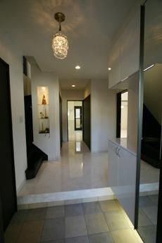 大きな玄関収納の下には間接照明を設置動線を考えて少し広めの廊下と階段。