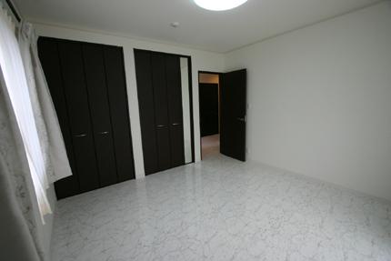 1階の床は大理石調の床材を利用!建具はレザー調にして、シンプルで格好良い空間になりました!