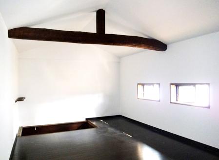 元々倉庫として使っていた2階のスペースを生活空間に変更。梁を残して暗めな仕上げ。まるで隠れ家的な部屋です。