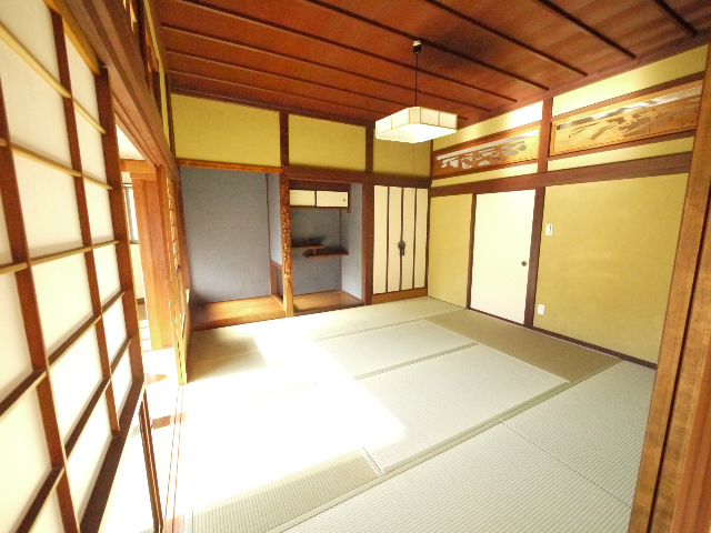 1階和室部分は雰囲気をそのままに、砂カベを塗り替えて襖を入れ替えました。暖かい日に、広縁や和室で過ごせるのは和風建築のお宅ならではです☆