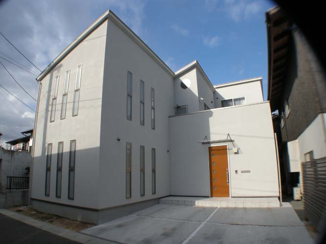株式会社なんば建築工房『眩しい白の外壁が美しいシンプルモダンの家』