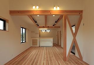 リビングダイニングは杉の床材と珪藻土の塗り壁。